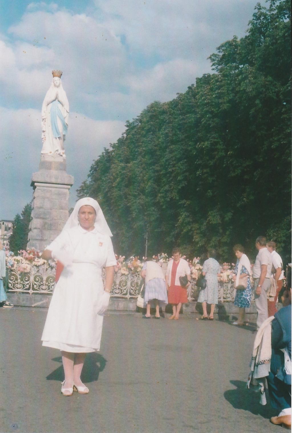 Crocerossina dell'UNITALSI a Lourdes